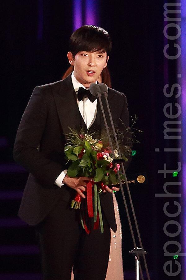 2015首尔电视剧男演员奖则颁发给李准基。(全宇/大纪元)