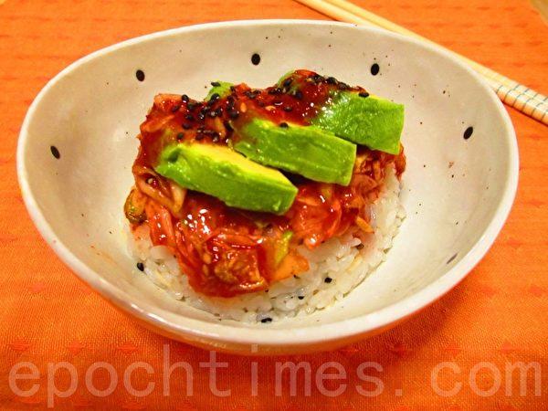 韩式泡菜酪梨寿司饭(家和/大纪元)