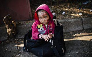 8月4日,這名敘利亞女孩的父親說,該女孩受到化學武器攻擊。她正等待搭乘前往塞爾維亞的火車。(Dimitar Dilkoff/AFP/Getty Images)