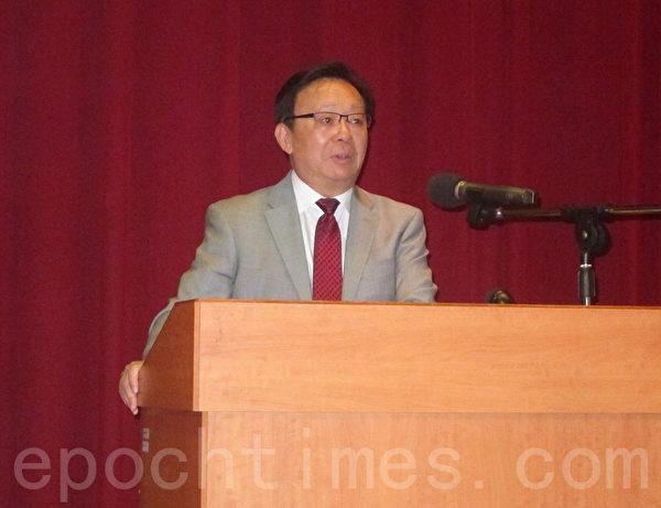 """著名历史学家辛灏年教授日前应邀在台大专题演讲""""二个中国与台湾命运的关系"""",他在演讲之后回答观众有关香港""""占中运动""""的问题。(钟元/大纪元)"""