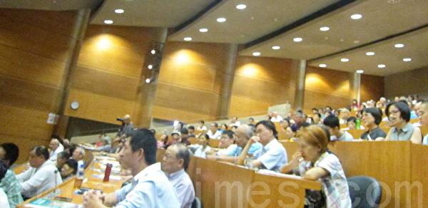 著名歷史學家辛灝年教授日前應邀在臺北天成飯店專題演講「二個中國與台灣命運的關係」,圖為現場觀眾專心聆聽演講。(鍾元/大紀元)