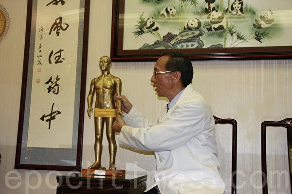 李景新医生示范放松全身肌肉,预防身体酸痛等症状的简易方法。(徐绣惠/大纪元)