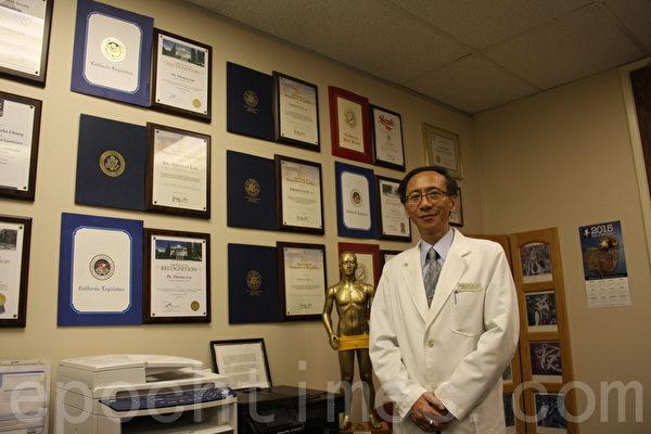 李景新医生介绍自己的诊所及执业多年经历。(徐绣惠/大纪元)