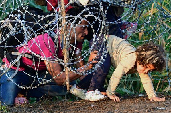 匈牙利是移民路线上的主要一站,难民试图进入匈牙利,前往西欧。(AFP)