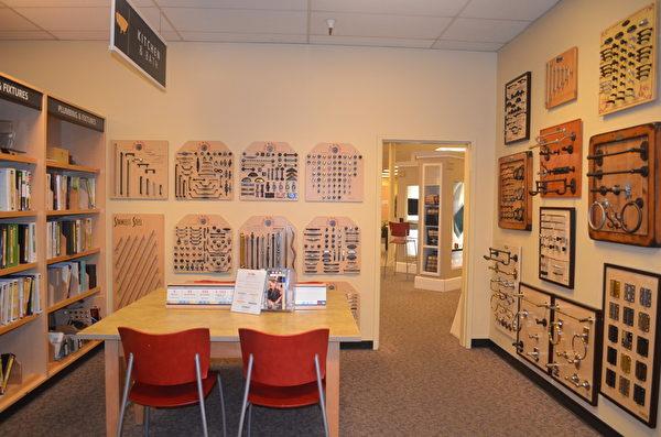 DirectBuy的销售展厅看似图书室,各种产品型录都有。(余莉/大纪元)