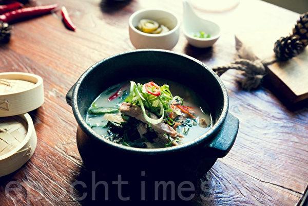 鴨肉鳳爪湯:20小時熬煮 養顏增力補關節。(張學慧/大紀元)