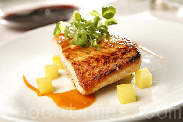 鲜美多汁的烤鱼。(张学慧/大纪元)