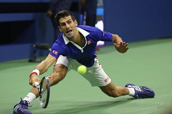 2015美网公开赛中,德约科维奇在比赛中异常顽强,曾有一次跌倒,并有几次险些跌倒。(杜国辉/大纪元)