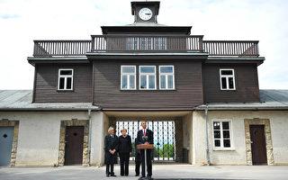 德国政府最近将部分难民安置在布痕瓦尔德集中营。图为美国总统奥巴马与德国总理默克尔于2009年6月在该集中营的大门口参加纪念活动。(MANDEL NGAN / AFP)