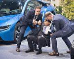 9月15日,法兰克福国际车展举行展前记者会,BMW董事长克鲁格在台上突然昏倒,助手立即上台将他扶起。(ODD ANDERSEN/AFP/Getty Images)