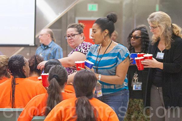9月是全美犯人改過自新月,舊金山縣監獄通過辦電影節來激勵在押犯人。圖為工作人員為犯人分發爆玉米花。(馬有志/大紀元)
