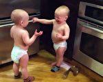這一對雙胞胎還不會講話,可是彼此間卻能「談趣」。(視屏擷圖/大紀元)