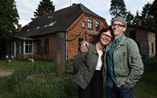 Birgit和Horst Lohmeyer从2004年搬到梅前州一个小村庄里。这里过半村民都是极右翼分子,而这对夫妻抵制的正是排外的新纳粹。日前,他们地皮上的一个农用仓库被纵火烧毁了。此图摄于2012年。(Sean Gallup/Getty Images)