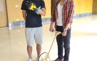 元智大学艺术设计系大学部三年级同学陈亮先(左)手部握力复健装置及陈昀志设计仿生扫地装置。(元智/提供)