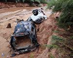 週一(14日)美國猶他州和亞利桑那州交界處附近的一個小鎮遭到百年難遇的洪水,至少16人死亡。(George Frey/Getty Images)