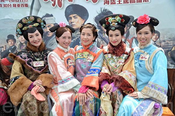 台庆剧《张保仔》演员谢雪心、傅嘉莉、姚子羚等人坐海盗王驾临维港。(宋祥龙/大纪元)