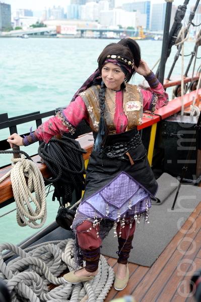 台庆剧《张保仔》演员邵美琪坐海盗王驾临维港。(宋祥龙/大纪元)