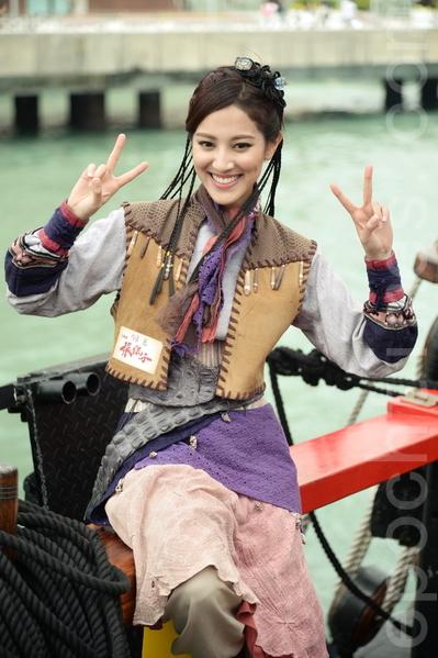 台庆剧《张保仔》演员陈凯琳坐海盗王驾临维港。(宋祥龙/大纪元)