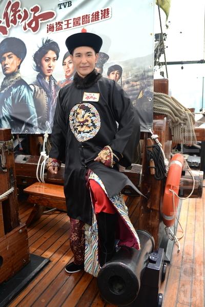 台庆剧《张保仔》演员陈展鹏等坐海盗王驾临维港。(宋祥龙/大纪元)