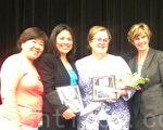 ABC學區教委謝苗家貞(左一)為惠特尼高中(Whitney High in Cerritos)的教師頒獎。(大紀元)