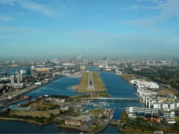 皇家码头中心的伦敦城市机场。(Wikipedia)