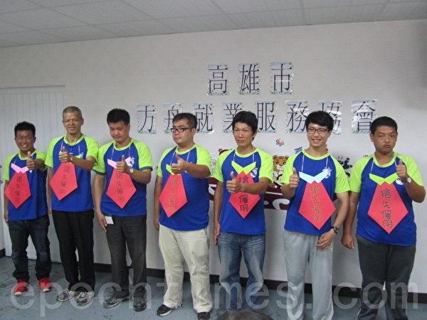 7名學員表現優異被雇主提前預定上台受證並掛上搶先雇用牌子。(李怡欣/大紀元)