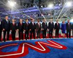 11位(左三至右一)参加美国大选共和党第二轮主场辩论会的竞选人 (Sandy Huffaker/Getty Images)