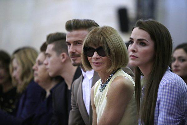 貝克漢姆與長子布魯克林出席紐約2016春夏時裝週維多利亞品牌秀,右二為《時尚》雜誌主編安娜.溫圖爾。(Joshua LOTT/AFP/Getty Images)