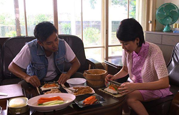 谢承均要用竹简将寿司卷起来。(三立提供)