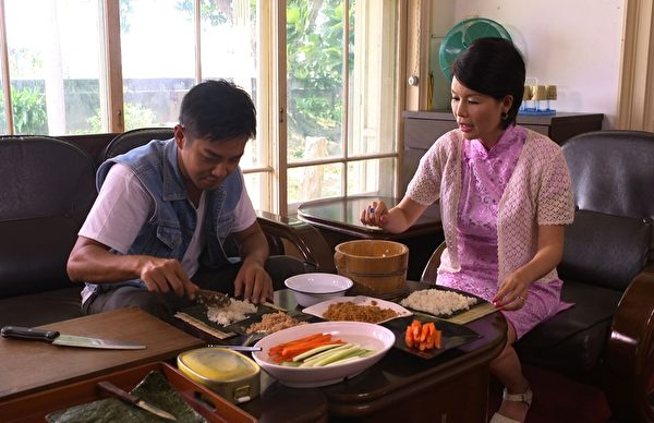 谢承均(左)专注学做寿司。(三立提供)