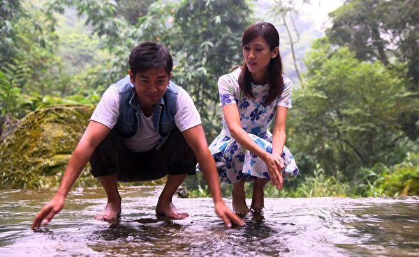 谢承均与陈怡嘉在瀑布边玩水。(三立提供)