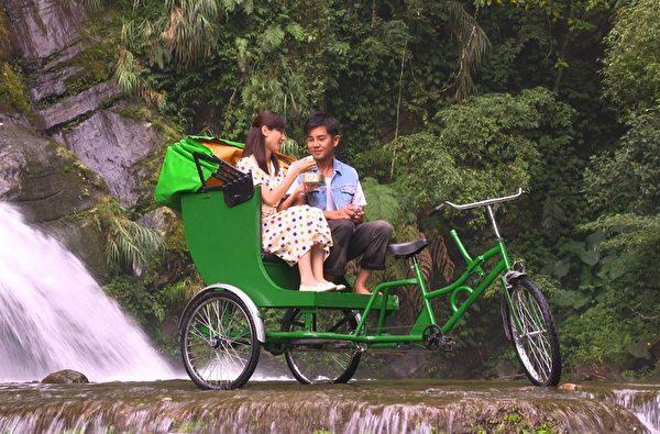 谢承均与陈怡骑三轮车到瀑布下享用寿司。(三立提供)