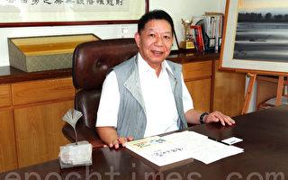 台湾威玛舒培公司董事长苏志宏药师,左为德国威玛舒培药厂致赠的奖牌。(杨容甄/大纪元)