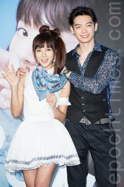 豆花妹(蔡黃汝)(左)9月18日在台北舉辦最新EP《壁咚BEEDONG》發片記者會,好友辰亦儒(右)送上名牌圍巾,兩人上演「圍巾咚」。(陳柏州/大紀元)