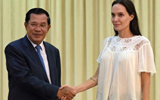 2015年9月17日,好莱坞影星朱莉在金边会见柬埔寨总理洪森,其执导的第三部长片讲述柬共黑暗历史,将于今年11月开拍。(TANG CHHIN SOTHY/AFP/Getty Images)