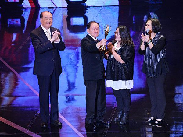 特别贡献奖得主李季准(中)与女儿(右二)上台领奖。(中视提供)