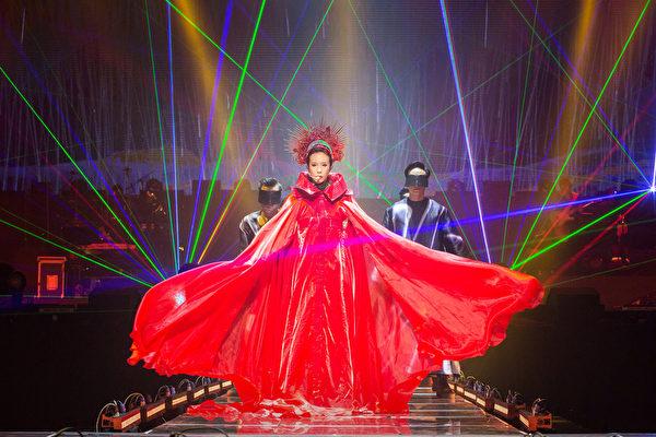 莫文蔚9月19衵「看看世界巡迴演唱會」台北小巨蛋首站,她身穿大紅長袍,頭戴紅冠氣勢登場。(環球唱片提供)