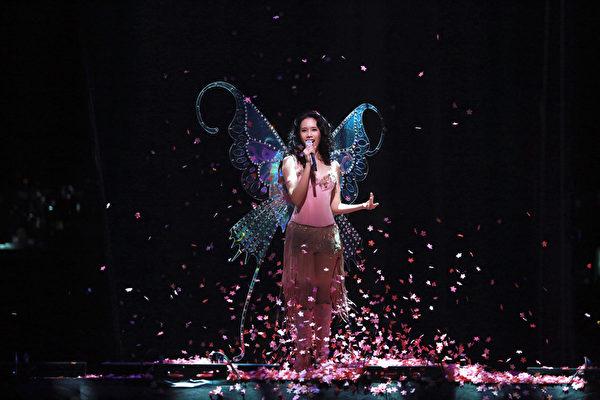 莫文蔚台北小巨蛋演唱會,以千道雷射營造浪漫「北極光」。(環球唱片提供)