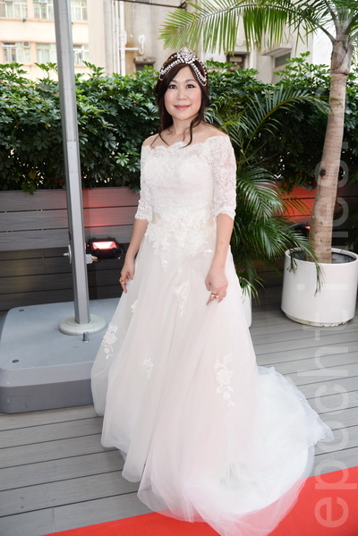 麥潔文身穿潔白的婚紗。(宋祥龍/大紀元)