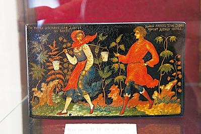 小盒子上栩栩如生的人物与植物画,一九二五年制。(商周出版社  提供)