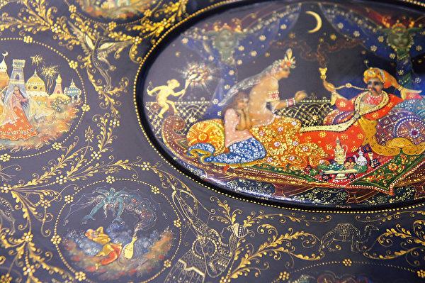 以帕列赫漆画制成的珠宝盒。即使放大之后,画面依然精致细密,金色颜料如星光闪闪生辉。(商周出版社  提供)