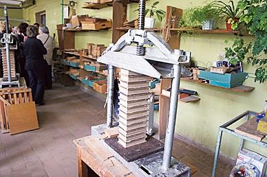 在成型的盒子上放置重石,固定形状。 商周出版社  提供