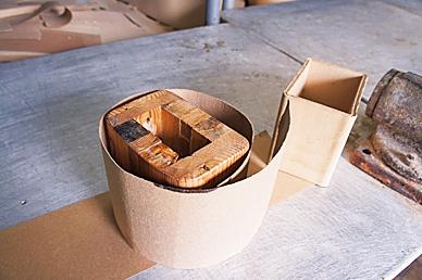 将好几层的瓦楞纸叠合,做成盒子状。商周出版社  提供
