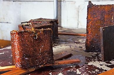 为了将盒子黏合,浸入热亚麻仁油中,再移入烤箱干燥。反复数次以上步骤。商周出版社  提供