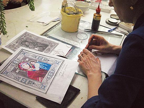 在金属珐琅彩绘四周加上蕾丝图案的精细金属装饰。使用的金属有金、银或铜合金。(商周出版社    提供)