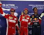 法拉利车队维特尔(中)夺冠,其队友莱科宁(左)位居第三,红牛队的里卡多获亚军。(Mark Thompson/Getty Images)