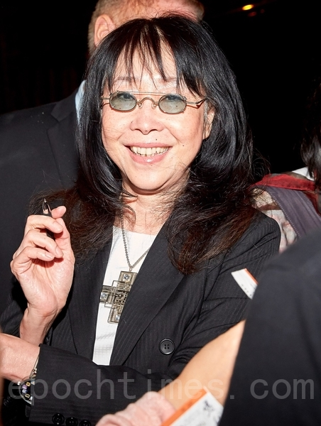 香港导演张婉婷在9月17日在多伦多为影迷们签名,并为华语爱情片《三城记》做宣传。(Don Quincy/大纪元)