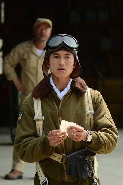 吳慷仁飾演少年飛官郭軫。(攝影許培鴻/公視提供)