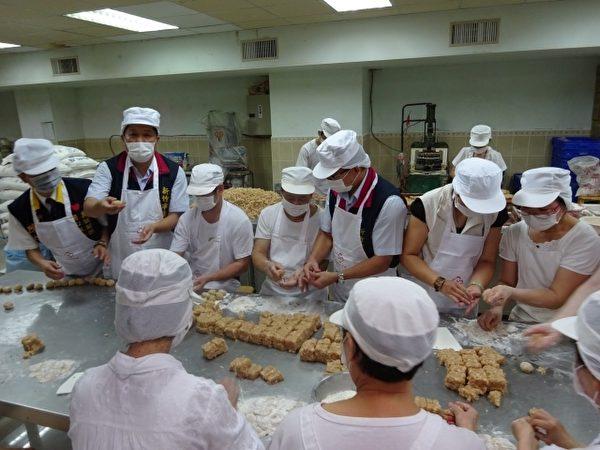 糕餅師傅現場示範月餅製作過程。(衛生局提供提供)