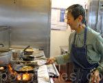 图:圣地亚哥第一家泰式餐厅Saffron今年迎来开业30年大庆。古稀之年的的店主人于素梅(Su-mei Yu)虽然已是名人,仍然喜欢掌勺、为客人上菜、与客人交谈。(杨婕/大纪元)